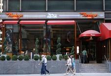 <p>The Manhattan restaurant Redeye Grill is seen in New York, September 18, 2008. Seasoned travellers know that waiters in the United States expect tips of 15 to 20 percent -- $60 on a $300 dinner for two at one of New York's top restaurants. What is less well known is that the money doesn't all go to the waiters and more lowly staff. In June, a New York judge approved the first payment in a settlement totaling $3.9 million for workers at the Redeye Grill and five other restaurants owned by the Fireman Hospitality Group. REUTERS/Lucas Jackson</p>