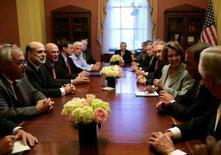 <p>Il segretario del Tesoro Henry Paulson (terzo da S) e il presidente della Federal Reserve Ben Bernanke (secondo da S) a un incontro con il presidente della Camera Nancy Pelosi a Washington. REUTERS/Molly Riley</p>