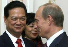 <p>Премьер-министр РФ Владимир Путин (справа) со своим вьетнамским коллегой Нгуеном Тан Зунгом в своей резиденции Ново-Огарево 11 сентября 2007 года. Власти Вьетнама отменят визы для россиян, приезжающих в страну на срок менее чем 15 дней, с начала следующего года, сообщила в понедельник газета Tuoi Tre. REUTERS/Mikhail Metzel/Pool</p>