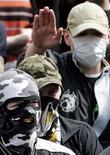 <p>Человек ультраправых взглядов в маске вскидывает руку в нацистском приветствии во время марша против нелегальной иммиграции в Москве 1 мая 2008 года. Тринадцать подростков приговорены к лишению свободы на срок от 3 до 10 лет по обвинению в разжигании межнациональной вражды и совершении серии нападений на почве расизма, в том числе двух убийств, в Москве осенью прошлого года, сообщила пресс-служба Мосгорсуда. REUTERS/Denis Sinyakov</p>