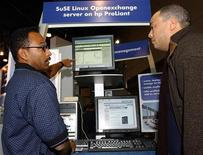 <p>Immagine d'archivio di una expo di Linux a New York nel 2003. REUTERS/Chip East CME</p>
