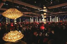 <p>Il ballo dopo la cerimonia degli Emmy a Los Angeles. 2008. REUTERS/Mario Anzuoni (UNITED STATES)</p>