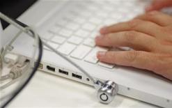 <p>Un ragazzo usa il portatile. REUTERS/Tim Wimborne (CHINA)</p>