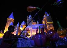 <p>A boy sells balloons near a replica of Hogwarts School of Witchcraft and Wizardry from the Harry Potter series in Kolkata, October 16, 2007. REUTERS/Jayanta Shaw</p>