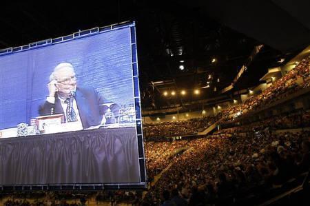 9月23日、米バークシャー・ハザウェイがゴールドマンに50億ドル出資で合意。写真は5月3日、バークシャーの株主総会(2008年 ロイター/Carlos Barria)