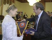 <p>Il presidente dell'Uefa Michel Platini con il primo ministro ucraino Yulia Tymoshenko. REUTERS/Alexander Prokopenko/Pool (UKRAINE)</p>