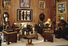 <p>Vista general de la sala de estar de Pierre Berge con la colección reunida a través de décadas por él e Yves Saint Laurent con algunos de los cuadros a subastarse por Christie's, París, 26 sep 2008. REUTERS/Christie's/Handout</p>