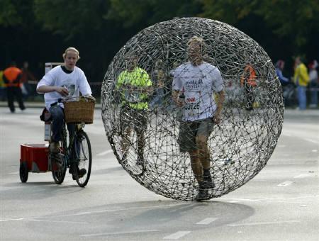 9月28日、ベルリン・マラソンで球状のオブジェクトの中を走る人の姿も見られた(2008年 ロイター/Pawel Kopczynski)