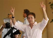 <p>Former Beatles star Paul McCartney gestures at photographers in Tel Aviv, September 24, 2008. REUTERS/Gil Cohen Magen</p>