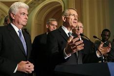 <p>Лидер сенатского большинства Гарри Рейд выступает перед репортерами после голосования по плану помощи финансовой системе США, Вашингтон, 1 октября 2008 года. Американский Сенат в среду одобрил предложенный правительством план спасения финансового сектора стоимостью $700 миллиардов, который, как утверждают политические и финансовые власти, сможет предотвратить спад в американской и мировой экономике. (REUTERS/Kevin Lamarque)</p>