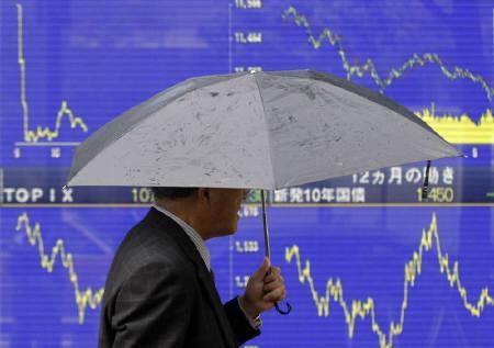 10月2日、米上院の金融安定化法案可決も金融不安の一掃にはつながらず、日経平均が大幅下落。写真は都内の株価ボード。先月撮影(2008年 ロイター/Issei Kato)