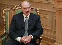 <p>Президент Белоруссии Александр Лукашенко дает интервью Рейтер в Минске, 6 февраля 2007 года Белорусский парламент принял в первом чтении проект изменений в налоговое законодательство и бюджет на 2009 год с дефицитом в 1,8 процента ВВП, по сравнению с 1,9 процента в этом году и ожидаемой ценой газа в $140 за 1.000 кубометров. REUTERS/BelTa/Presidential Press Service (BELARUS)</p>