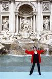 <p>La cantante estadounidense Liza Minnelli durante su presentación en la fuente Trevi en Rome durante la presentación de su gira por Italia, 2 oct 2008. REUTERS/Tony Gentile</p>