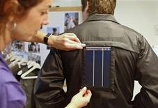 <p>A model wears a jacket with an integrated solar module in Buenos Aires October 1, 2008. REUTERS/Enrique Marcarian</p>
