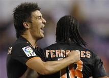 <p>Manuel Fernandes do Valência comemora gol com David Villa durante partida contra o Valladolid.Um gol no segundo tempo de Manuel Fernandes deu ao Valencia a vitória por 1 x 0 sobre o Real Valladolid, garantindo à equipe o retorno ao topo da tabela de classificação do Campeonato Espanhol neste domingo.2008. 5 de outubro.REUTERS/Felix Ordonez (SPAIN)</p>