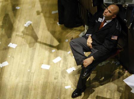10月6日、ニューヨーク株式市場でダウ平均終値は4年ぶりに1万ドルを割り込んだ。写真はニューヨーク証券取引所(2008年 ロイター/Brendan McDermid)