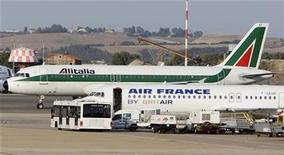<p>An Alitalia plane passes an Air France plane on the tarmac of Fiumicino International Airport in Rome, September 25, 2008. REUTERS/Max Rossi</p>