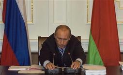 <p>Премьер-министр России Владимир Путин присутствует на встрече в Заславле, 6 октября 2008 года Размещение на рынке государственных денег, предназначенных для скупки акций, начнется на следующей неделе, сказал российский премьер Владимир Путин. REUTERS/Vasily Fedosenko (BELARUS)</p>