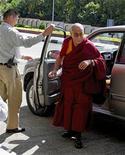 <p>El líder espiritual tibetano, el Dalai Lama, en un aeropuerto de Dharamsala, en camino a Nueva Delhi para recibir un chequeo médico, 6 oct 2008. El Dalai Lama será sometido a una intervención quirúrgica para remover cálculos biliares, dijo el viernes uno de sus más cercanos allegados, tras su breve internación en un hospital en agosto por dolores abdominales. REUTERS/Abhishek Madhukar (INDIA)</p>