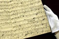 """<p>Una selección de la partitura de """"Wedding Cantata BWV 216"""" , compuesta en 1728 por Johann Sebastian Bach, es vista en Tokio luego de ser recuparada después de 80 años de su desparición, 6 abr 2004. Un académico australiano asegura haber encontrado pruebas que sugieren que la esposa de Johann Sebastian Bach escribió varias de las obras aclamadas del compositor alemán. REUTERS/Yuriko Nakao</p>"""