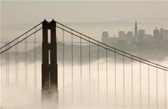<p>The skyline of San Francisco rises behind the fog-shrouded Golden Gate Bridge from the Marin Headlands in Sausalito, California September 24, 2008. REUTERS/Robert Galbraith</p>