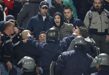 <p>Alcuni tifosi italiani discutono con la polizia prima dell'inizio della partita. REUTERS/Oleg Popov</p>