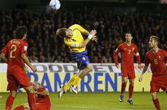 <p>Johan Elmander desperdiçou três reais chances de gol no primeiro tempo de partida e a Suécia acabou ficando no 0 x 0 com Portugal, neste sábado, em partida válida pela eliminatória européia para a Copa do Mundo de 2010. REUTERS/Bob Strong (SWEDEN)</p>