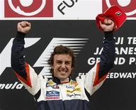 <p>Pilloto da Renault Fernando Alonso comemora vitória no GP do Japão de F1, no domingo. REUTERS/Issei Kato</p>