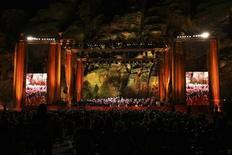 <p>Il concerto in memoria di Luciano Pavarotti a Petra, Giordania, il 12 ottobre 2008. REUTERS/Muhammad Hamed (Giordania)</p>