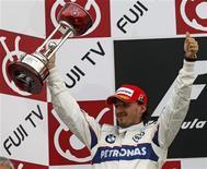 <p>O piloto de Fórmula 1 da BMW, Sauber Robert Kubica, comemora segunda colocação no GP do Japão em 12 de outubro. Depois da segunda colocação no GP do Japão, Kubica acredita que ainda pode vencer o Mundial de Fórmula 1 neste ano, apesar de estar 12 pontos atrás de Lewis Hamilton, a duas corridas do final da temporada. REUTERS/Issei Kato</p>
