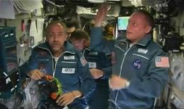 <p>El turista espacial Richard Garriott (izq) y el comandante Mike Fincke miran a su alrededor al llegar a la Estación Espacial Internacional 14 oct 2008. Una cápsula espacial rusa que transportaba al empresario estadounidense Richard Garriott y a una nueva tripulación se acopló el martes con la Estación Espacial Internacional (EEI).</p>