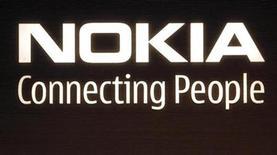 <p>Foto de archivo del logo de la compañía Nokia en su sede central en Helsinki, 9 jul 2008. El operador británico 3 UK va a vender el dispositivo N95 de Nokia, con el servicio Comes With Music, que ofrece descargas ilimitadas de música, informó el martes a Reuters una fuentes de la industria. REUTERS/Bob Strong</p>