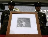 """<p>Policías muestran el grabado del pintor español Francisco de Goya """"Los Desastres de la Guerra (The Disasters of War)"""" en Bogotá, 13 oct 2008. La Policía de Colombia devolvió el martes una obra del pintor español Francisco de Goya robada hace un mes de un museo de Bogotá y que forma parte de una serie de 82 grabados de la colección """"Desastres de la guerra"""", informaron autoridades locales. REUTERS/John Vizcaino (COLOMBIA)</p>"""