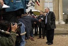 <p>Jean-Pierre Escalettes (dir), presidente da Federação Francesa de Futebol (FFF), fala com a imprensa em Paris. Raymond Domenech vai continuar a ser o técnico da seleção francesa até 2010, informou Jean-Pierre Escalettes nesta quarta-feira. REUTERS/Benoit Tessier (FRANCE)</p>
