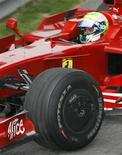 <p>Piloto da Ferrari Felipe Massa leva o carro para os boxes após o GP da China de F1, neste domingo. REUTERS/Nir Elias</p>