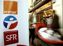 <p>Orange, Bouygues Télécom et SFR, les trois opérateurs de téléphonie mobile détenteurs de licences 3G en France. Selon le secrétaire d'Etat à l'Economie numérique, Eric Besson, toutes les options restent ouvertes concernant l'éventuelle attribution d'une quatrième licence mobile de troisième génération. /Photo d'archives/REUTERS/Eric Gaillard</p>