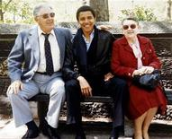 <p>Immagine d'archivio di un giovane Barack Obama fra i nonni paterni, Stanley e Madelyn Dunham. REUTERS/Obama For America/Handout (UNITED STATES) US PRESIDENTIAL ELECTION CAMPAIGN 2008 (USA). FOR EDITORIAL USE ONLY. NOT FOR SALE FOR MARKETING OR ADVERTISING CAMPAIGNS.</p>