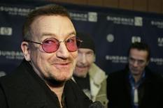 """<p>Bono de U2 es entrevistado por el estreno """"U2 3D"""" en el Festival de Cine Sundance 2008 en Park City 19 ene 2008. U2 recibirá alrededor de 19 millones de dólares en acciones de Live Nation como parte de un acuerdo a 12 años que firmó la banda de rock con la productora de conciertos a principios de este año. Live Nation, con sede en Los Angeles, registró el jueves pasado 1,56 millones de acciones a nombre de U2 ante la Comisión de Títulos y Valores. REUTERS/Fred Prouser (EEUU)</p>"""
