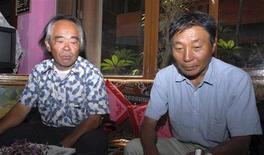 <p>Deux alpinistes japonais de retour d'une mission dans l'ouest du Népal, Yoshiteru Takahashi (à droite) et Kuniaki Yagihara, affirment avoir trouvé des traces de pas appartenant selon eux à l'abominable homme des neiges, ou Yéti. /Photo prise le 21 octobre 2008/REUTERS</p>