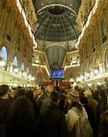 """<p>Pública assiste apresentação """"Europa Riconosciuta"""" no Duomo, em Milão, em dezembro de 2007. A histórica Galleria Vittorio Emanuele 2a já foi descrita como a flor na lapela de Milão, mas é uma flor que ultimamente anda mostrando seus espinhos, precisando de reparos urgentes. (foto de arquivo) REUTERS/Giampiero Sposito (Newscom TagID: rtrphotos053257) [Photo via Newscom]</p>"""
