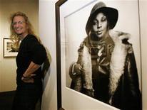 """<p>Foto de archivo de la destacada fotógrafa estadounidense Annie Leibovitz junto a un retrato de la estrella de hip hop Mary J. Blige, Seattle, EEUU 6 nov 2003. Leibovitz dijo el miércoles que la reina Isabel II parecía """"un poco perturbada"""" durante una sesión de fotos realizada en el 2007, en medio de una disputa entre la monarca y la cadena BBC, que hacía entonces un documental sobre la jefa de Estado. REUTERS/Anthony Bolante</p>"""