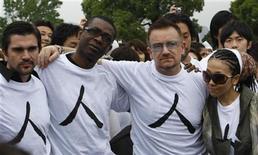 <p>El vocalista de U2, Bono, posa con el cantante colombiano Juanes (izq), Youssou de Senegal y la japonesa Misia durante una campaña contra la pobreza para africanos en Yokohama 29 mayo 2008. Cuando 116 millones de personas se manifestaron recientemente contra la pobreza mundial, su llamado coordinado no consiguió atraer grandes titulares pero inspiraron al roquero y activista irlandés Bono a escribir una nueva canción para su grupo, U2. REUTERS/Kim Kyung-Hoon (JAPON)</p>