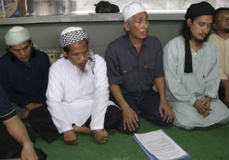 Bali bombers Amrozi (L), Mukhlas (2nd L), and Imam Samudra (R) and their lawyer Achmad Michdan (2nd R) are seen at Batu prison, in Indonesia's Nusa Kambangan Island, in this January 7, 2008 file photo. REUTERS/Stringer/Files
