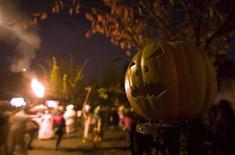 <p>A Jack-O-Lantern sits on a post along a residential street as revelers take part in the annual Parade of Lost Souls in Vancouver, British Columbia October 27, 2007. Global stocks markets are plummeting, house prices are slumping and jobless figures are rising but Americans are not about to let a financial crisis dent their Halloween fun. REUTERS/Andy Clark</p>