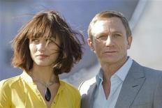 """<p>Os atores Daniel Craig e Olga Kurylenko posam no set do novo filme de James Bond, """"Quantum of Solace"""" em 6 de maior de 2008. O espião fictício 007 dá a impressão de ser à prova de balas. Os analistas de bilheteria prevêem que o novo filme de James Bond, """"007 - Quantum of Solace"""", que chega aos cinemas britânicos esta semana e aos dos EUA em 14 de novembro, será à prova da crítica e da recessão. REUTERS/Miro Kuzmanovic</p>"""