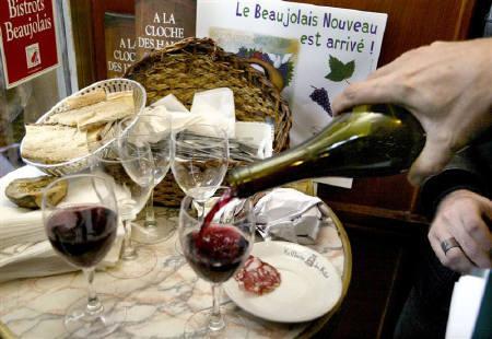 10月28日、米国向けボジョレ・ヌーボーにはリサイクルしやすいペットボトル入りが登場する予定。写真は2003年11月にパリのレストランで撮影したボジョレ・ヌーボー(2008年 ロイター/Philippe Wojazer)