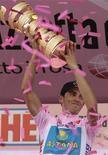 <p>Ciclismo: Giro 2009 del centenario partirà da Venezia. Nella foto lo spagnolo Alberto Contador al momento della premiazione dello scorso anno del Giro d'Italia. REUTERS/Alessandro Garofalo</p>
