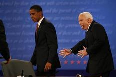 <p>Барак Обама и Джон Маккейн направляются к выходу после предвыборных дебатов в университете Hofstra в Хемпстеде, штат Нью-Йорк 15 октября 2008 года. Кандидату в президенты США от Республиканской партии Джону Маккейну удалось немного нагнать конкурента-демократа Барака Обаму в популярности у американских избирателей, свидетельствуют опубликованные в субботу результаты опроса общественного мнения. REUTERS/Jim Bourg (UNITED STATES) US PRESIDENTIAL ELECTION CAMPAIGN 2008 (USA)</p>