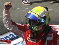 <p>Felipe Massa, da Ferrari, comemora pole position conquistada neste sábado para o GP do Brasil de F1, em Interlagos. REUTERS/Rodrigo Paiva</p>