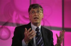 """<p>El fundador de Microsoft, Bill Gates, habla en una reunión en Nueva Delhi 5 nov 2008. Gates dijo el miércoles que está preocupado de que la crisis financiera mundial, que podría durar dos o tres años, lleve a los países ricos a recortar sus gastos en ayuda en salud para países en vías de desarrollo. Haciendo eco de los comentarios de la semana pasada del secretario general de la ONU, Ban Ki-moon, el multimillonario filántropo afirmó que los más pobres del mundo serán los que más sufran durante el declive económico, y añadió que hace falta una """"voz fuerte"""" para que se les siga considerando una prioridad. REUTERS/Vijay Mathur (INDIA)</p>"""